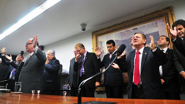 brasil-deputados-camara-oracao-20120215-01-size-598