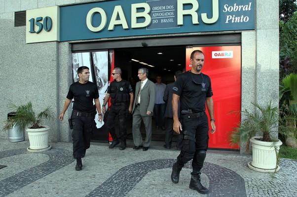 Integrantes do Esquadrão Anti-bombas saem do prédio após varredura (Foto: Carlos Ivan / Agência O Globo)
