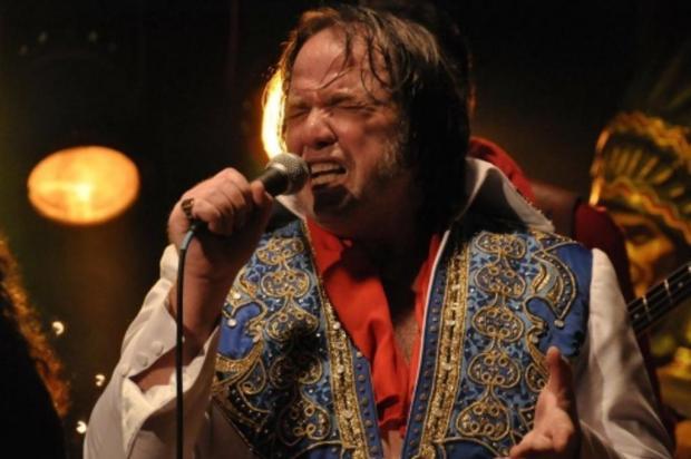 Cover de Elvis na vida real, John McInerny é o protagonista do longa de Armando Bo Foto: El último Elvis │ Divulgação