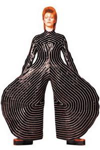 "Terno listrado, desenhado por Kansai Yamamoto, usado pelo cantor durante a turnê do disco ""Aladdin Sane"""
