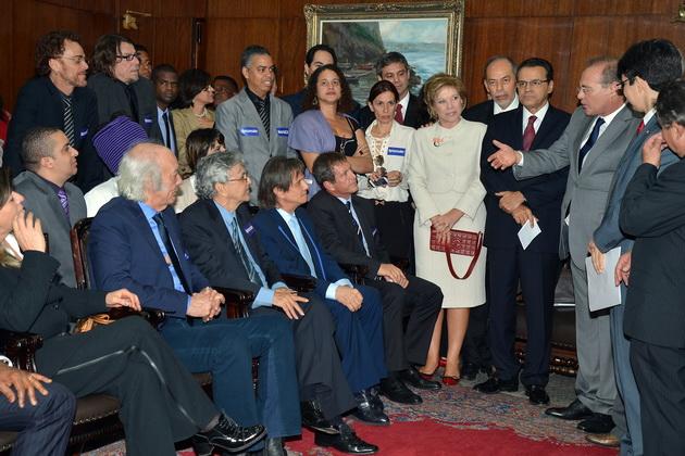 Os presidentes do Senado, Renan Calheiros, e da Câmara, Henrique Eduardo Alves, e a ministra da Cultura, Marta Suplicy, reúnem-se com artistas para discutir o projeto (Foto: Valter Campanato/ABr)