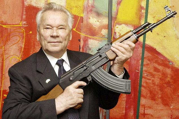 O soldado russo Mikhail Kalashnikov com sua invensão, a AK-47